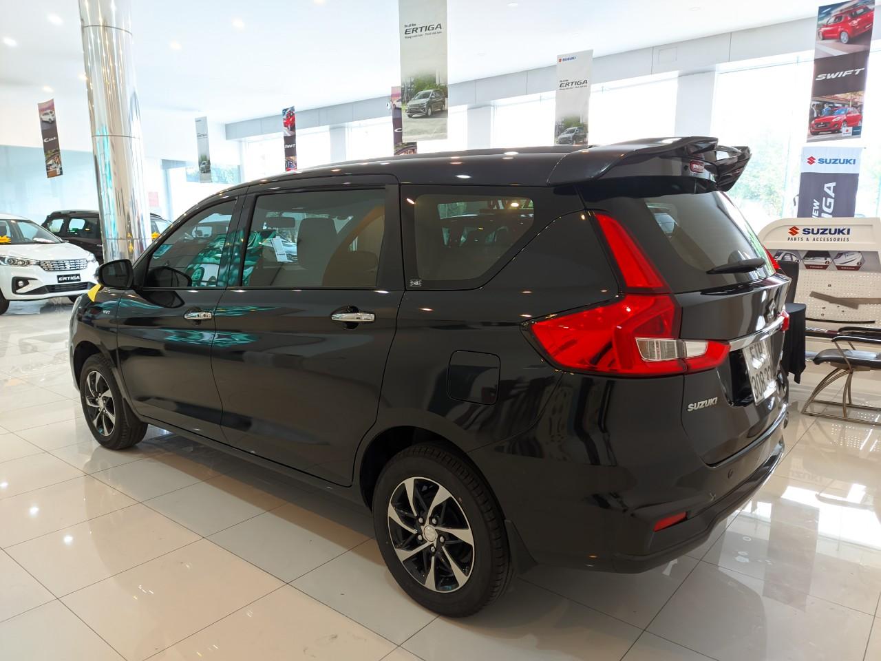 Phần hông Suzuki Eritiga màu đen