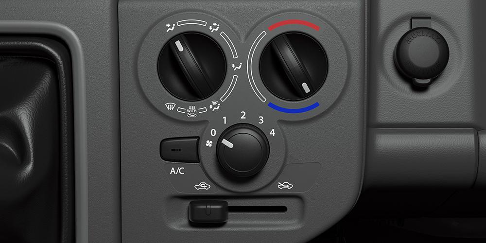 Không gian bên trong xe Suzuki Carry Pro 2020 luôn trong lành, tươi mát nhờ được trang bị hệ thống điều hòa nhiệt độ dạng núm xoay, điều khiển dễ dàng
