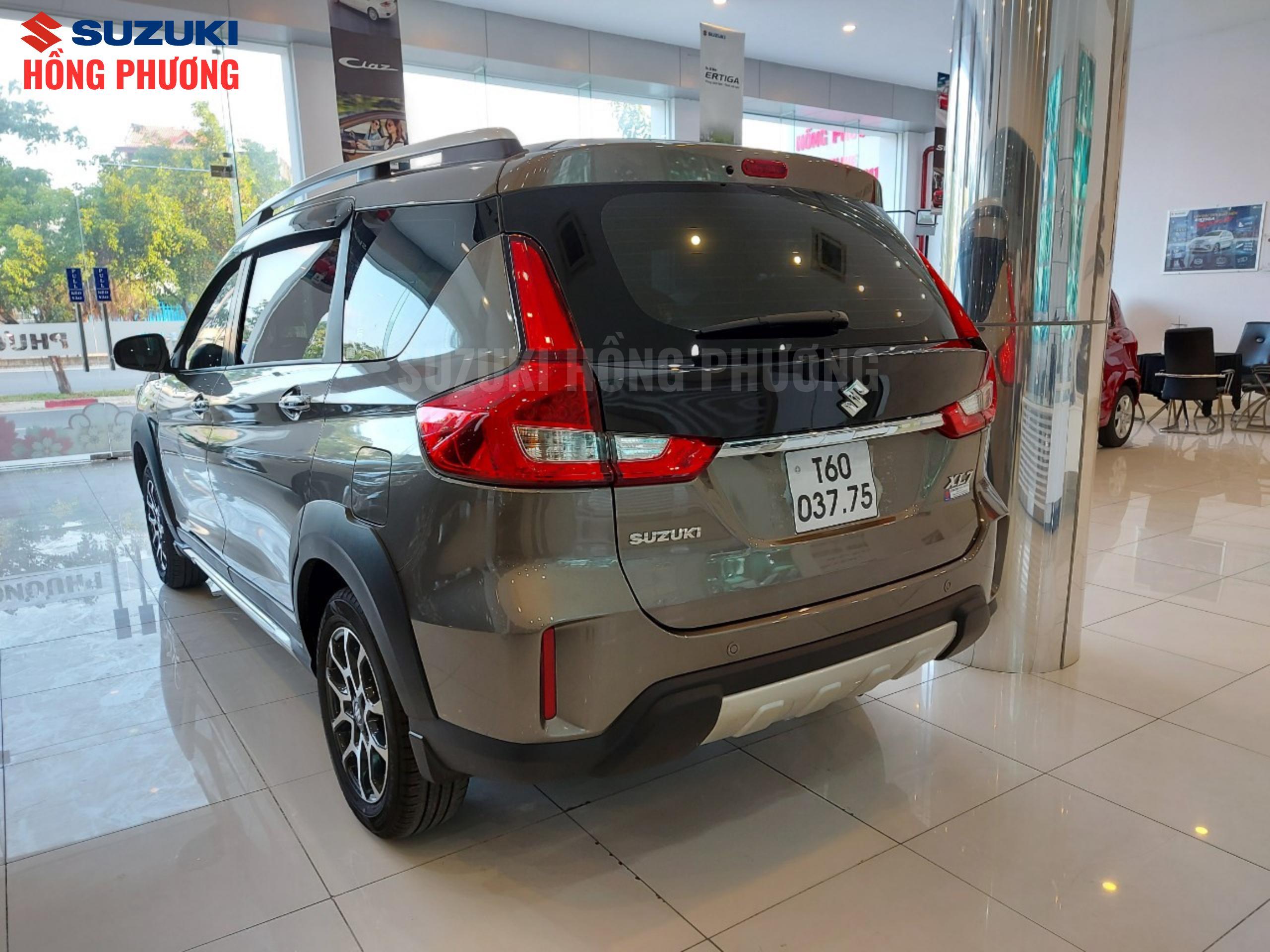 Xe ô tô 7 chỗ Suzuki XL7 nhìn từ phía sau